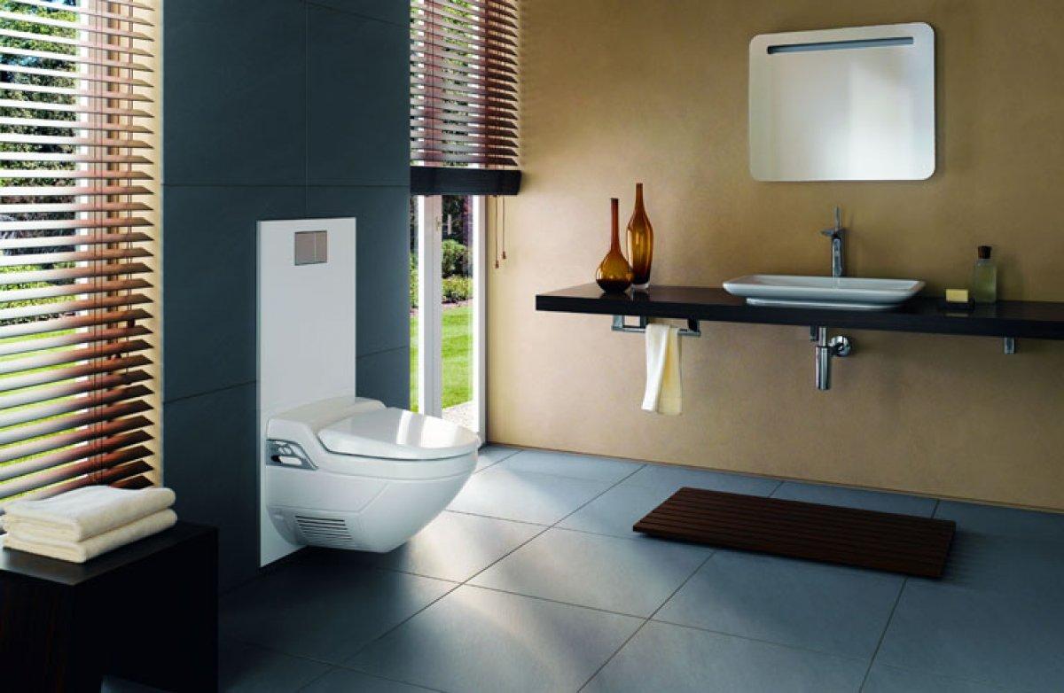 Подвесной унитаз-биде AquaClean 8000plus от Geberit с декоративной панелью в интерьере