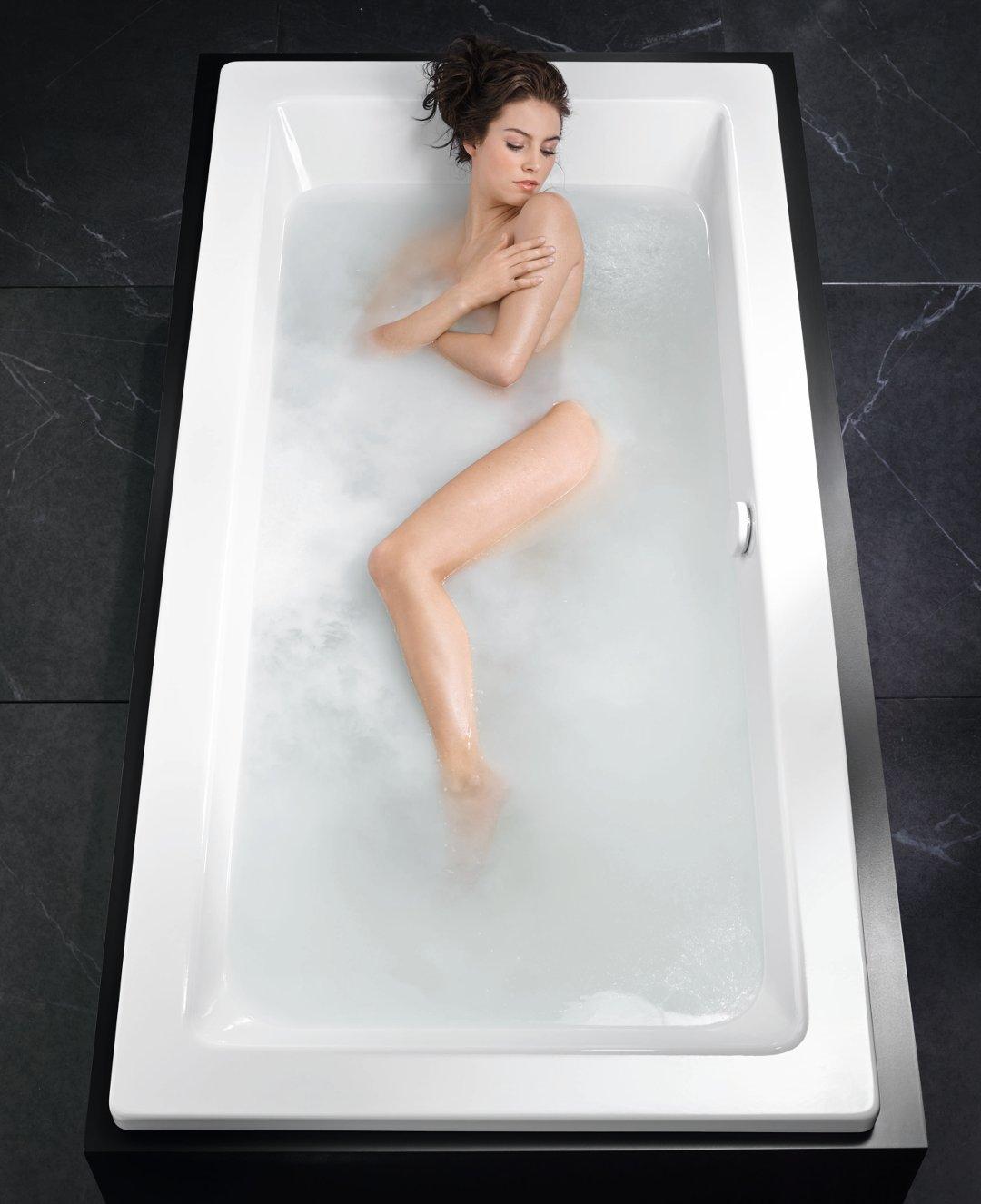 Иллюстрация использования ванны Conoduo с гидромассажной системой Skin Touch от Kaldewei