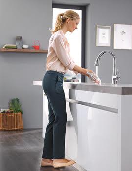 Кухонный смеситель с функцией FootControl от Grohe в интерьере