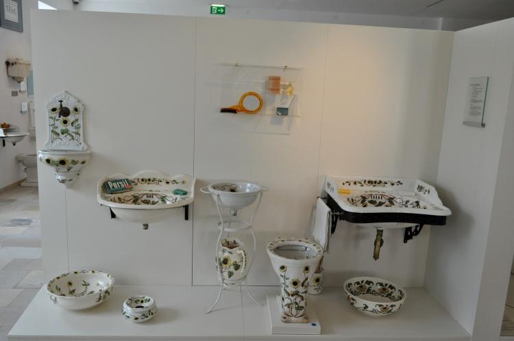Фаянсовый гарнитур Подсолнухи / Sonnenblümen 1900-1907 гг. от Laufen в австрийском музее керамики (г. Гмунден)