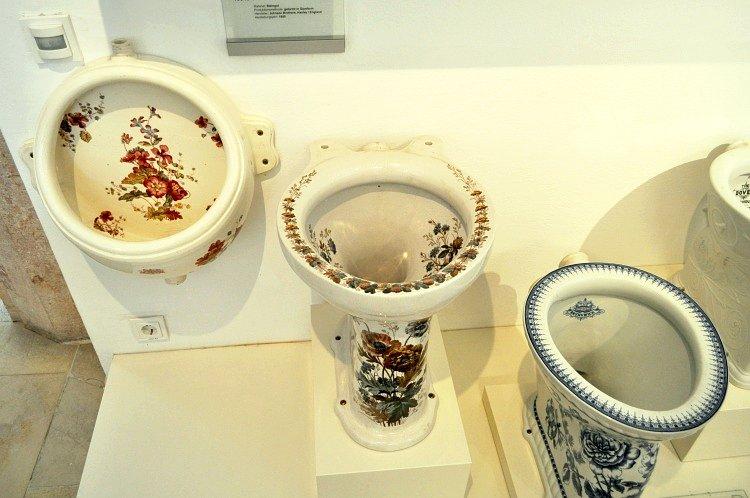 Фаянс английской фирмы Johnson Brothers из г. Hanley, 1900 г. и 1906 г., в австрийском музее керамики (г. Гмунден)