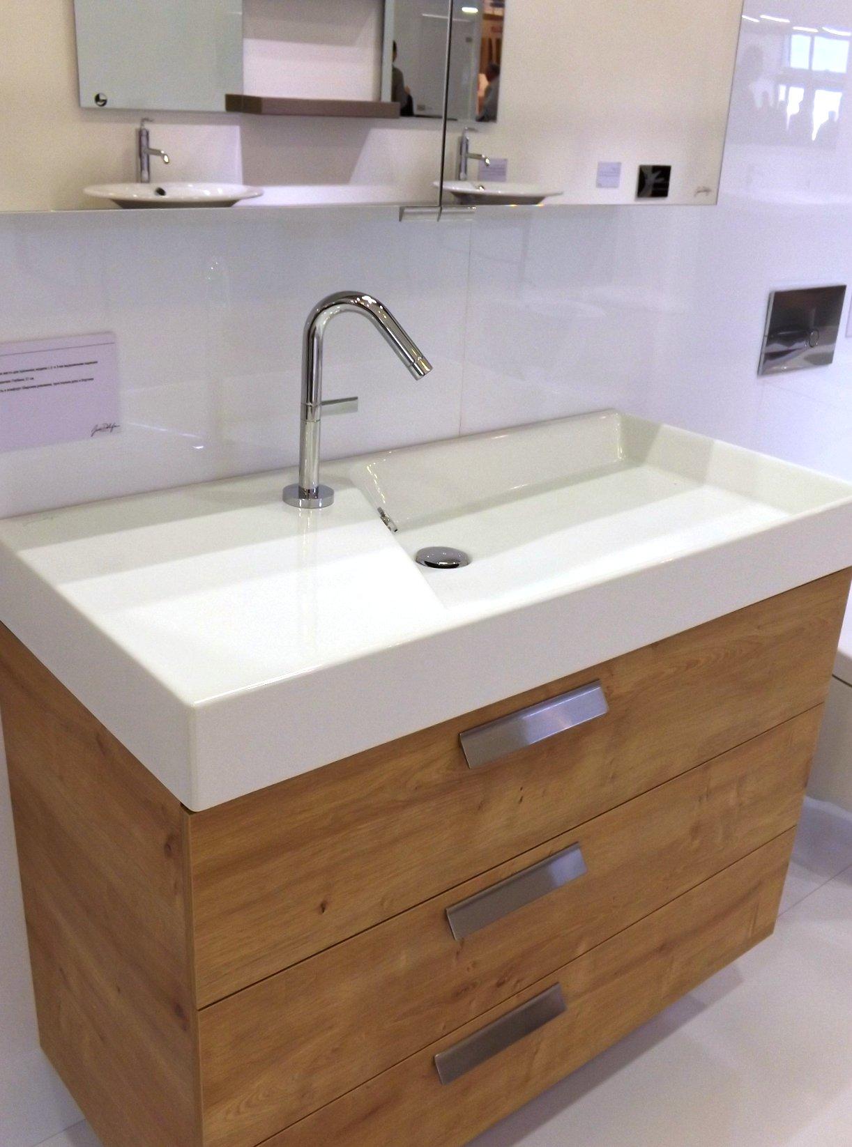 Модные тренды сантехники и аксессуаров для ванной 2016: умывальник с зеркальным шкафом и тумбой на экспозиции от Jacob Delafon во время выставки MosBuild