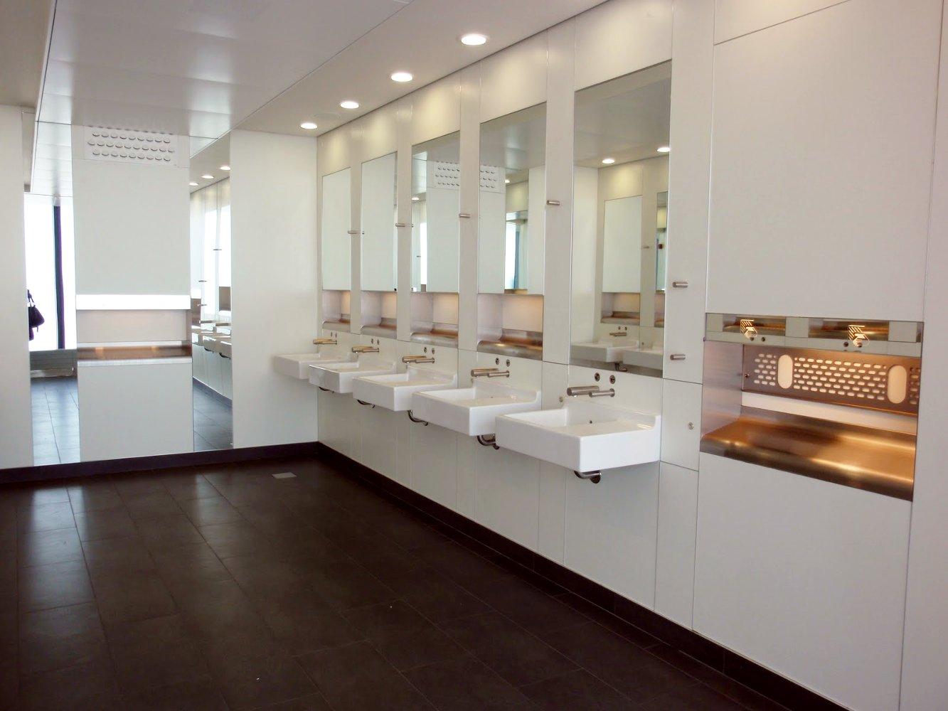 Сантехника Duravit в одном из общественных туалетов аэропорта Хитроу (Великобритания, Лондон)
