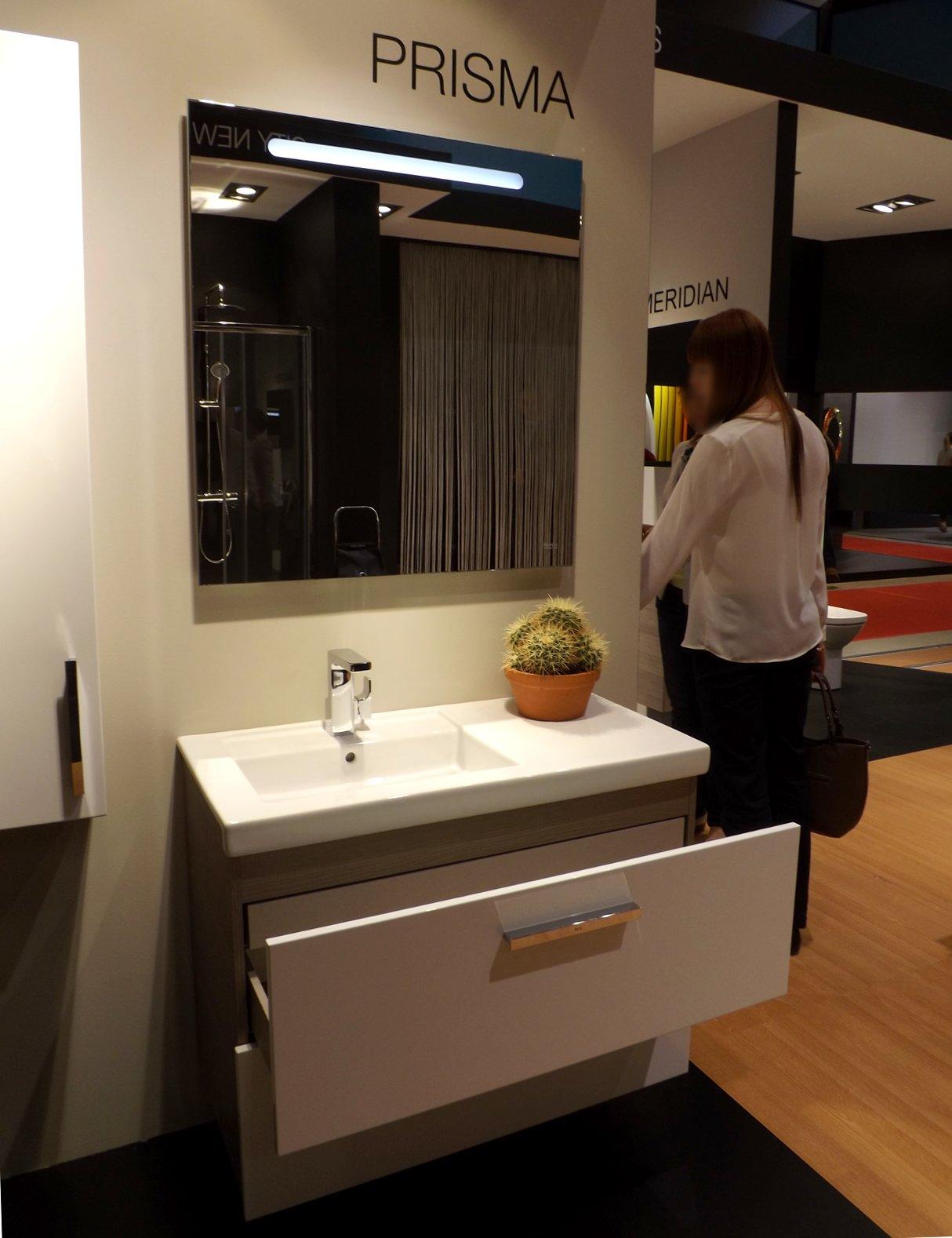 Модные тренды сантехники и аксессуаров для ванной 2016: умывальник с зеркалом и тумбой на экспозиции от Roca во время выставки MosBuild