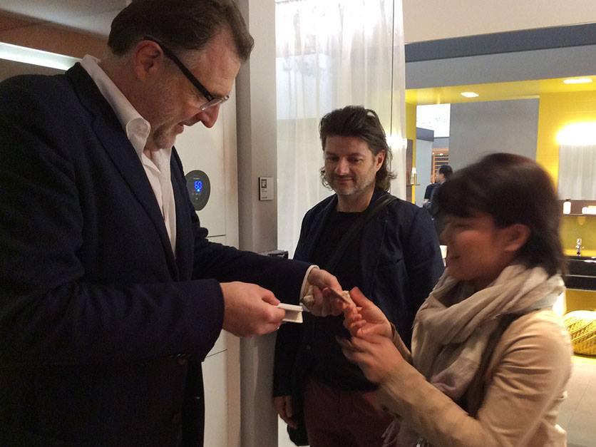 Мартин Бергман (слева) и Гернот Боман из дизайн-бюро EOOS design общаются на выставочном стенде Duravit 2014 в Милане о своих проектах - Inipi B, Delos и т.п.