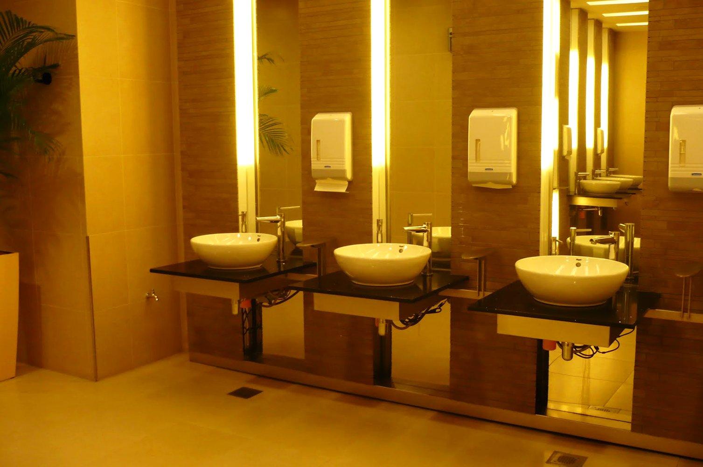 Умывальники в одном из туалетов аэропорта в Сингапуре