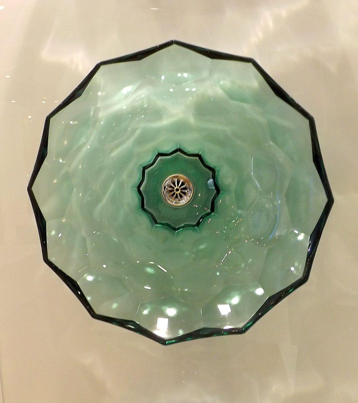 Модные тренды сантехники и аксессуаров для ванной 2016: прозрачная чаша умывальника на экспозиции от Jacob Delafon и Kohler во время выставки MosBuild