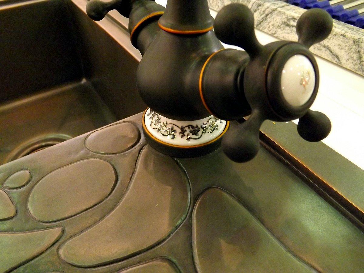 Медная кухонная мойка и декорированный смеситель Omoikiri на выставке МЕБЕЛЬ 2013 в московском Экспоцентре