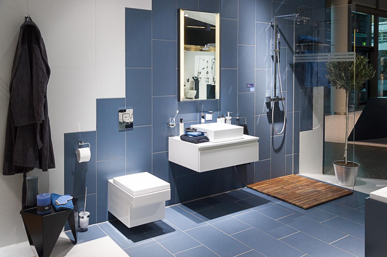 Композиция из сантехники и мебели для ванной комнаты на выставочном стенде Grohe во время выставки ISH 2015