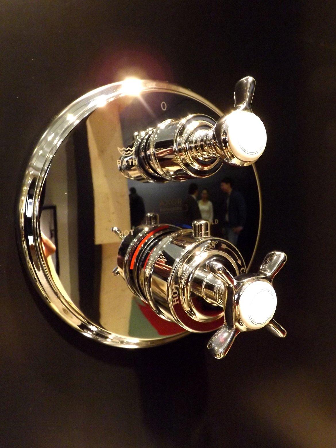 Модные тренды сантехники и аксессуаров для ванной 2016: панель управления скрытым в стене смесителем на экспозиции от AXOR (Hansgrohe) во время выставки MosBuild