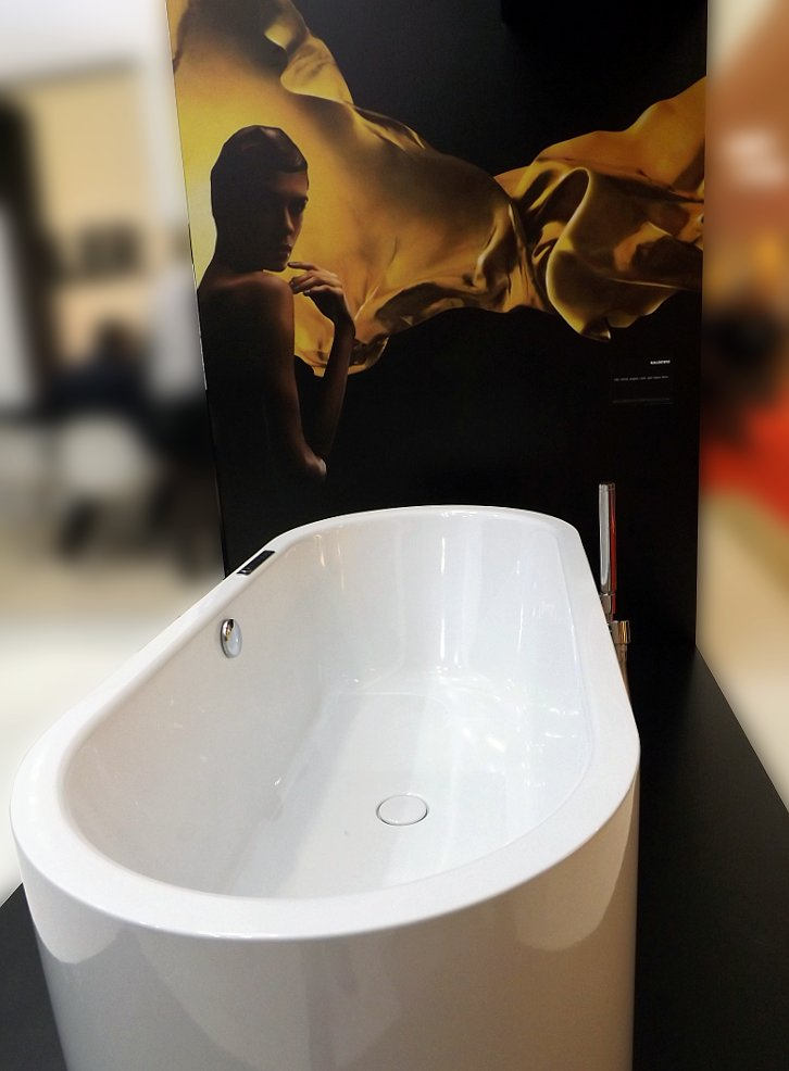 Менеджеры стенда Kaldewei — компании из Германии, специализирующейся на ванных из сталь-эмали толщиной 3,5 мм — как и в прошлом году, на МосБилд 2014 музыку включали со своих смартфонов