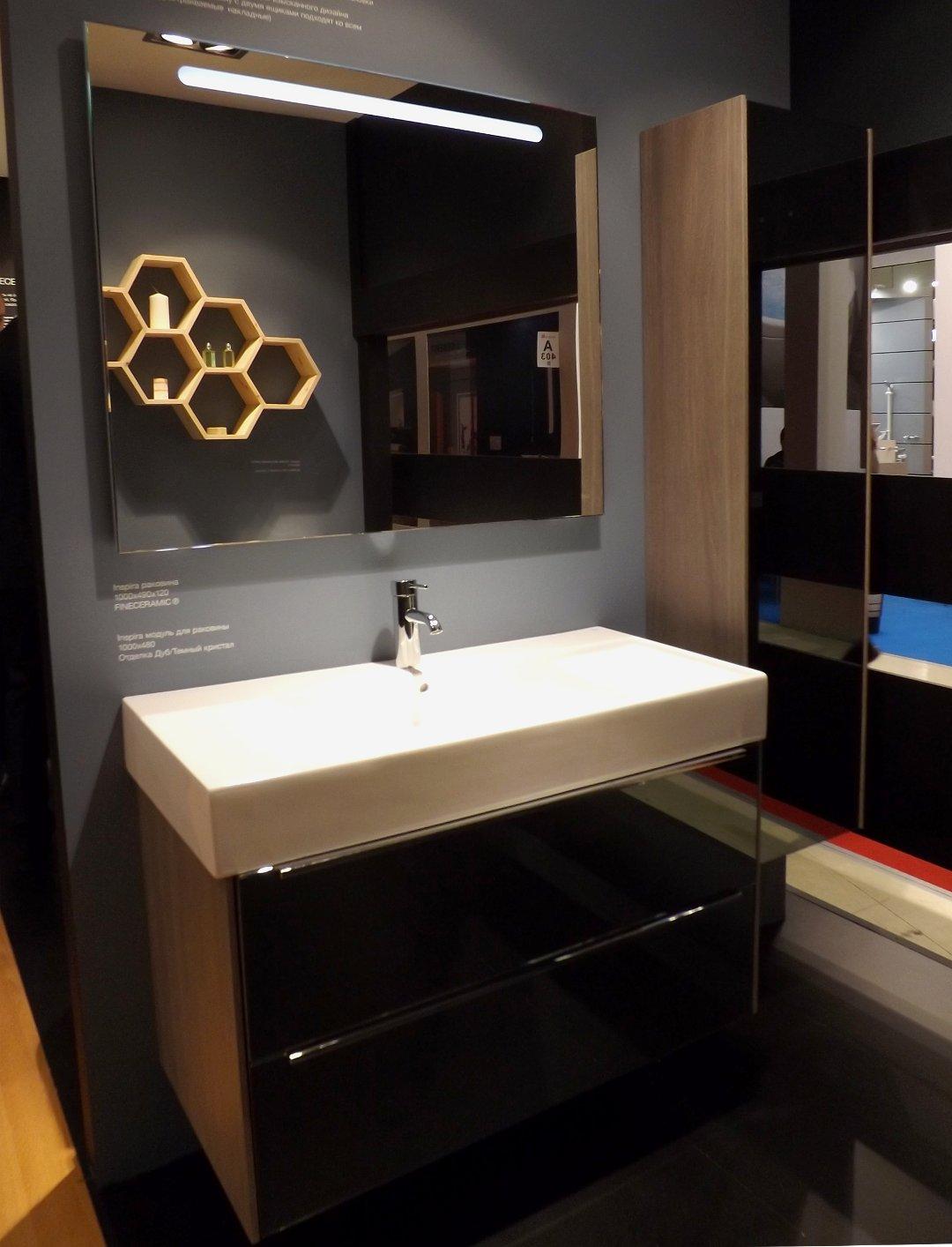Мебельный модуль с оформлением «тёмный дуб» и раковина шириной 1 м из материала FINECERAMIC в формате SQUARE из коллекции INSPIRA от Roca, представленные на выставке MosBuild 2016
