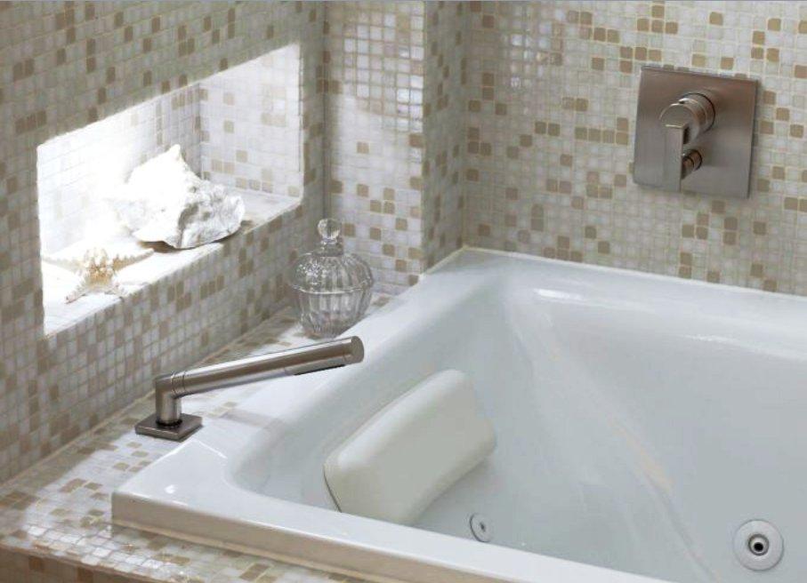 Как маленькие ванные комнаты могут выглядеть большими. В стенах может быть место для полочек