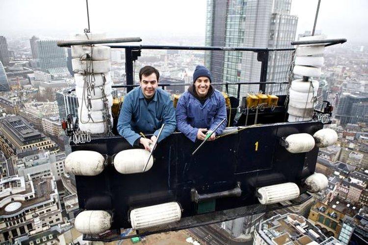 Иллюстрация к интервью с мойщиком поверхности 40-этажного здания в Лондоне. Росс Дэй с коллегой