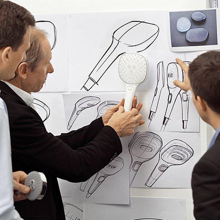 Том Шёнхерр из Phoenix Design (2-й слева) во время обсуждения новых продуктов, созданных на основе приципа *продукт для человека*