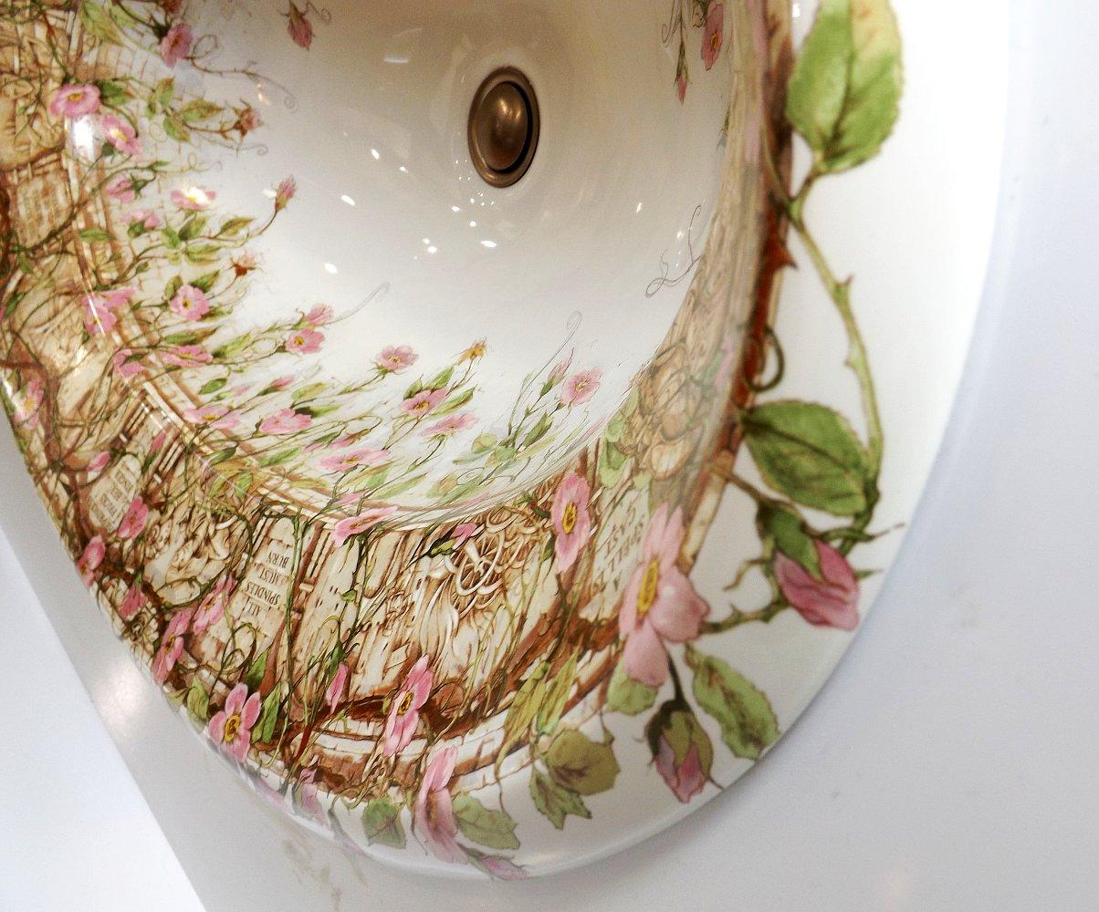 Фрагмент керамической раковины Tale of Briar Rose с декором от Kohler на выставке МосБилд 2014