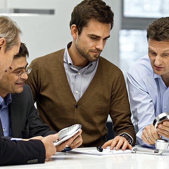 Ричард Гроэ (2-й слева ) и Ян Хайстерхаген (справа) во время переговоров с партнёрами из Phoenix Design (Штутгарт)