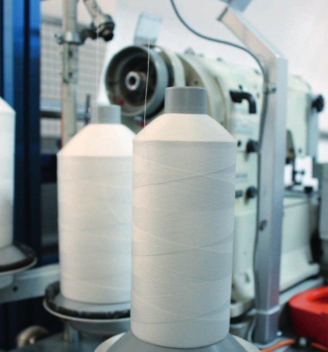 Иллюстрация к статье о производственных процессах по созданию аксессуаров для ванной от Spirella 2015-16 годов - участок производственной линии по созданию штор для ванной