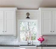Кухонный смеситель в интерьере светлых тонов