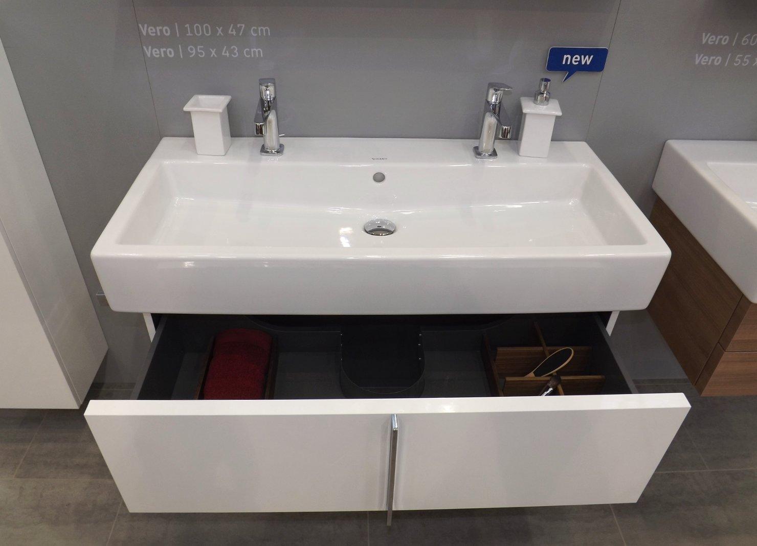Модные тренды сантехники и аксессуаров для ванной 2016: раковина на два смесителя с тумбой на экспозиции от Duravit во время выставки MosBuild